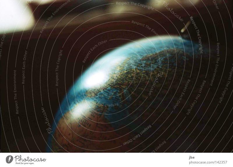 wohin soll es gehen? Globus Erde Landkarte rund Kugel Wasser Reflexion & Spiegelung Ferne Europa Afrika Ferien & Urlaub & Reisen faszinierend Meer Wohnung