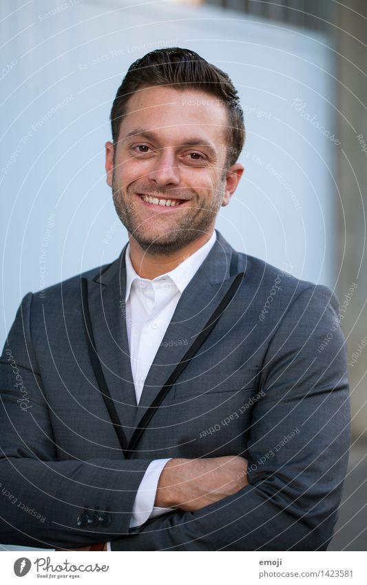 Business Portrait Mann lächelnd maskulin Junger Mann Jugendliche Erwachsene 1 Mensch 18-30 Jahre Anzug brünett kurzhaarig Freundlichkeit Fröhlichkeit Gesundheit