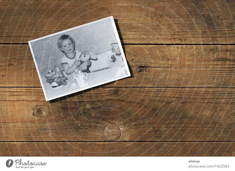 Kaffeetafel Spielen Kinderspiel Essen trinken Spielzeug Puppe Stofftiere Fotografie Holz Schwarzes Brett alt historisch Einsamkeit Senior Beginn Bildung Design