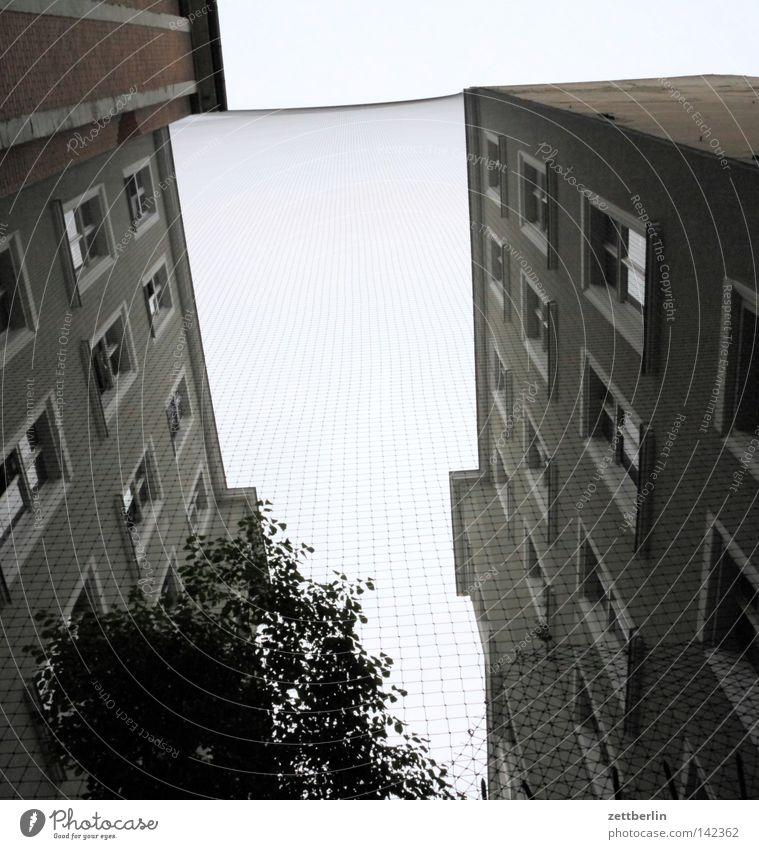 Netz Haus Berlin Fenster Fassade Grenze obskur eng Terrasse Trennung Mieter Käfig Hof steil Vermieter Innenhof