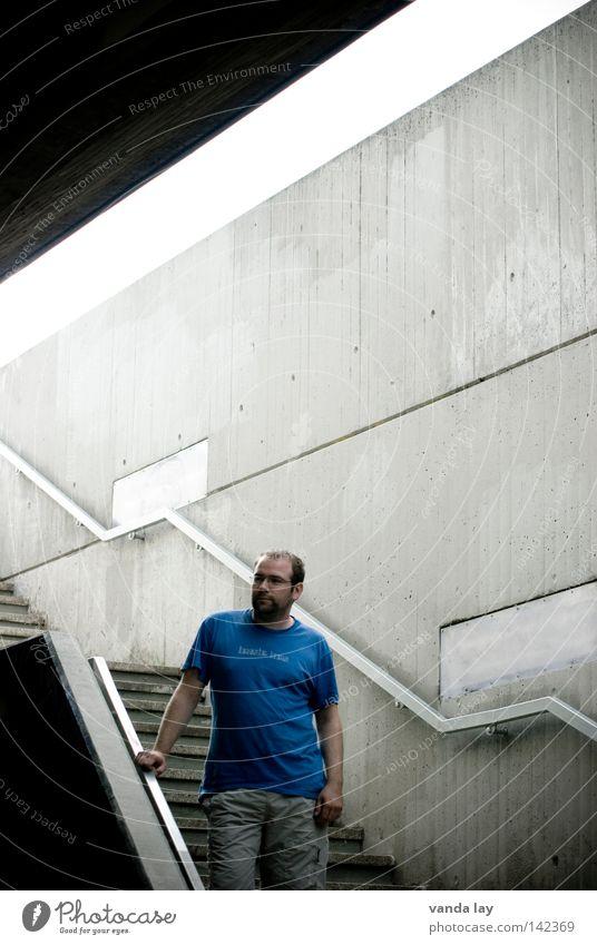 Bonjour tristesse Mann blau Stadt schön Linie Beton Treppe modern Brücke Coolness Brille T-Shirt Hemd Bart Tunnel