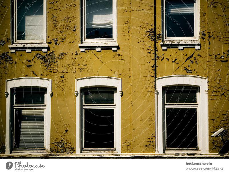 neighbourhood watch alt Sommer Haus Einsamkeit Wand Fenster Angst leer Sicherheit geheimnisvoll Neugier verfallen Gesellschaft (Soziologie) Videokamera Putz