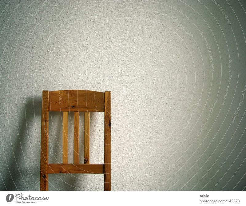 Leere Stuhl Wand Holz Kiefer Holzmehl Sitzgelegenheit authentisch Stuhllehne stehen anlehnen Pause Tapete Raufasertapete Schatten weiß Gefühle Möbel