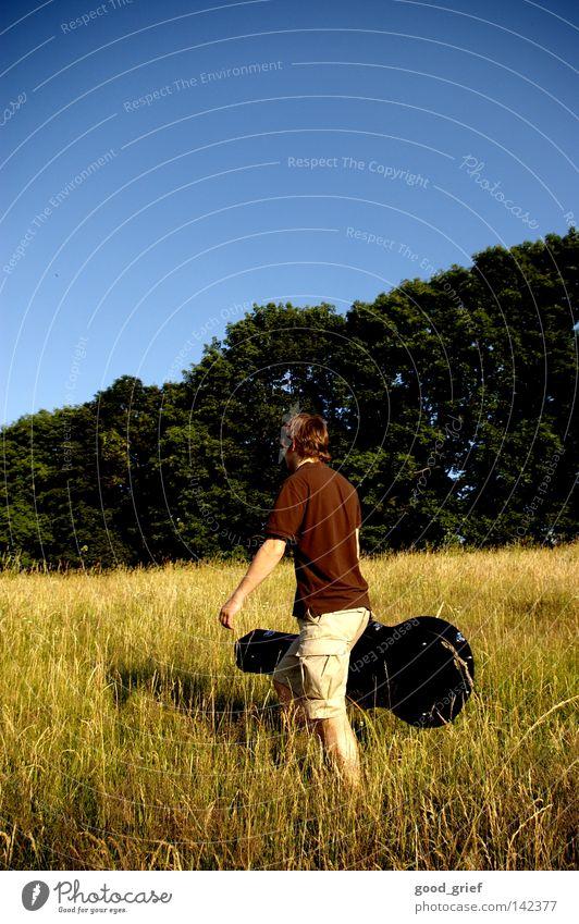der mit dem gitarrenkoffer Mann Himmel Baum blau schwarz Wiese Gras Musik Feld Freizeit & Hobby Gitarre Schönes Wetter singen Koffer musizieren Gitarrenkoffer
