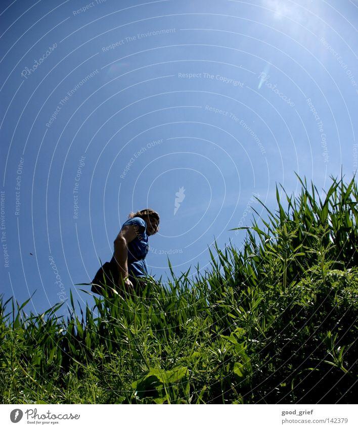 rückblick Mensch Mann Himmel Sonne grün blau Sommer Wiese Gras Frühling Feld Hügel Halm