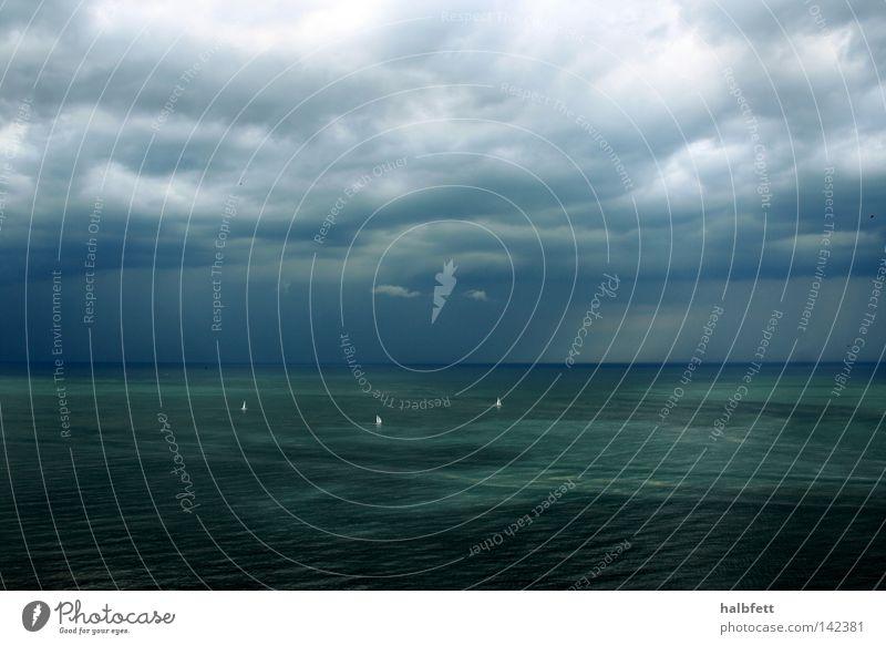 Wasserwelt Wasser Meer blau Wolken Einsamkeit Regen Wind Wetter bedrohlich Sturm Segeln Gewitter Segel Aufgabe Meteorologie herausfordernd