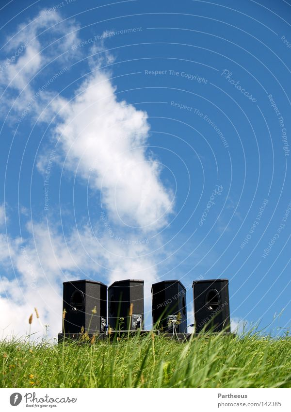 SoundNatures Lautsprecher Musik laut Wiese grün Himmel blau Schönes Wetter Blauer Himmel Wolken Tanzen Tanzveranstaltung Gefühle Schall Party Open Air Club