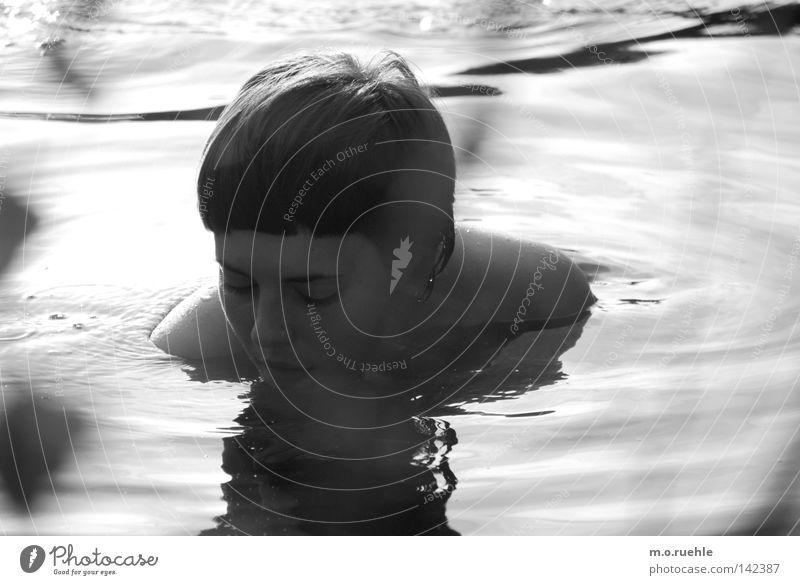 heimlich Frau schön Sommer Gesicht feminin See Schwimmen & Baden ästhetisch geheimnisvoll zart Sehnsucht Spiegel Wasseroberfläche bewegungslos Hardcore