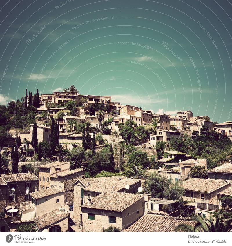 Ich bin dann mal weg.. Stadt Sommer Ferien & Urlaub & Reisen ruhig Haus Einsamkeit Erholung Berge u. Gebirge Gebäude Wärme Landschaft groß trist Insel Tourismus