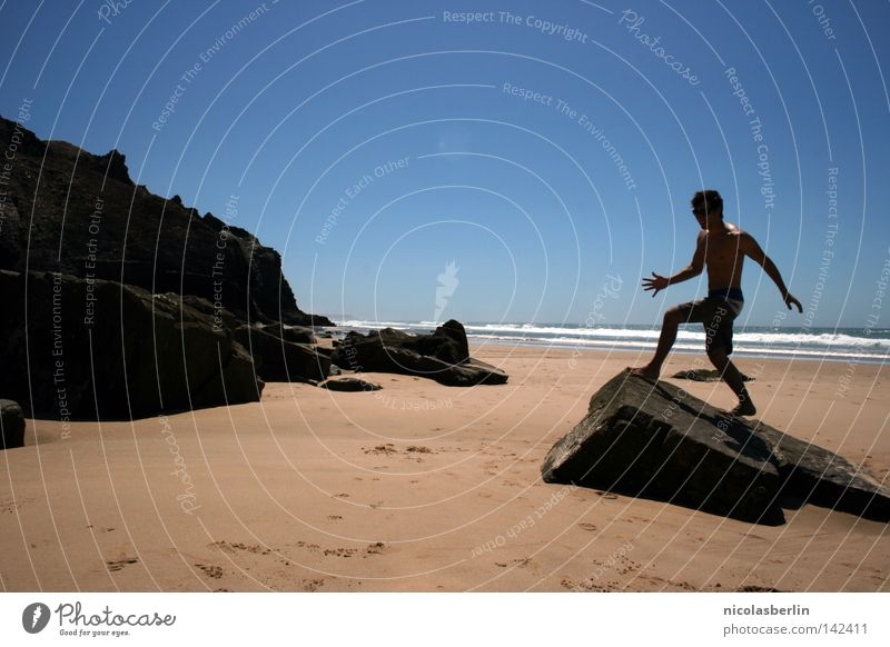 Electric Feel Strand Meer Mann schwarz Erholung Körperhaltung Aktion Statue Portugal Alentejo Sommer seaside Sand Himmel boy Felsen Stein blau run arrifana
