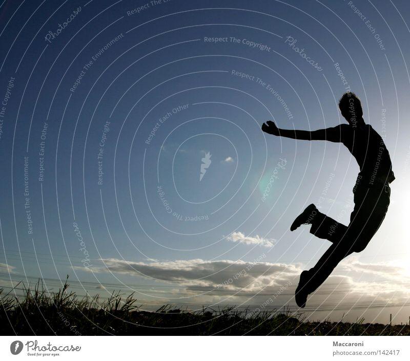 Hexenschuss Jugendliche Sommer Sonne Wolken Freude Wärme Leben Wiese Gras Freiheit springen Luft fliegen Körper Schuhe frei