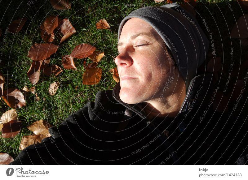 keine Zeit, gestresst zu sein 4 Frau Erwachsene Leben Gesicht 1 Mensch 30-45 Jahre Natur Herbst Schönes Wetter Herbstlaub Garten Park Wiese liegen Erholung