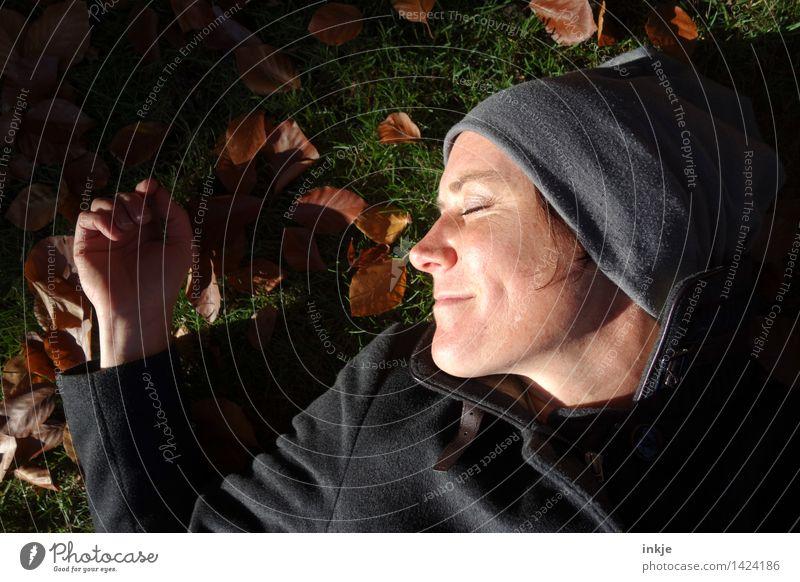 keine Zeit, gestresst zu sein 3 Mensch Frau Natur Erholung ruhig Gesicht Erwachsene Leben Herbst Wiese Lifestyle Garten Stimmung Park liegen Zufriedenheit