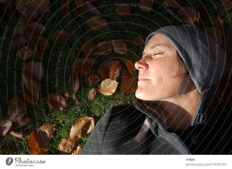keinen Zeit, gestresst zu sein 1 Mensch Frau Natur Erholung ruhig Gesicht Erwachsene Leben Herbst Gefühle Wiese Gras Stil Lifestyle Garten Stimmung