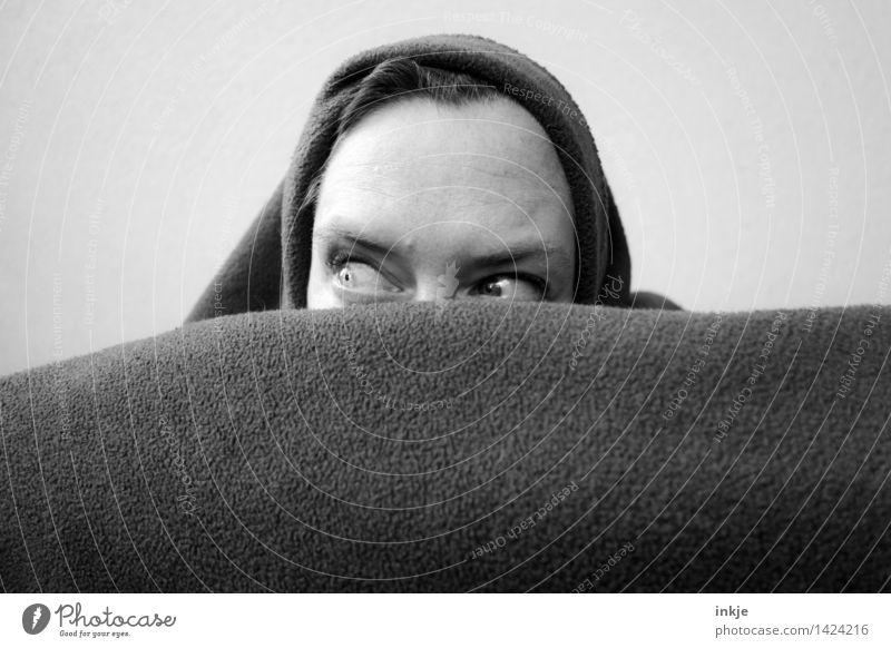 Streng geheim Lifestyle Freizeit & Hobby Frau Erwachsene Leben Gesicht Auge 1 Mensch 30-45 Jahre Mütze Decke Streifen beobachten entdecken Blick listig verrückt