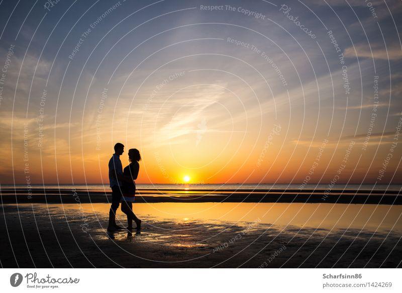 Schattenbilder von Paaren in der Liebe auf einer romantischen Sonnenuntergangküste. Mensch Frau Ferien & Urlaub & Reisen Jugendliche Mann Sommer Erholung Meer
