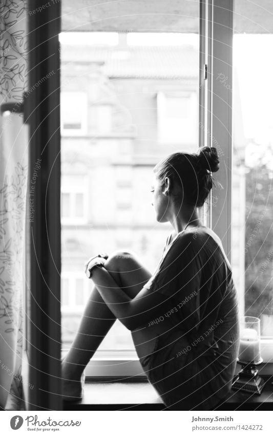 Wanderlust Frau Mensch Jugendliche Junge Frau Stadt Haus ruhig Fenster 18-30 Jahre Erwachsene feminin Gefühle Haare & Frisuren Stimmung Körper träumen