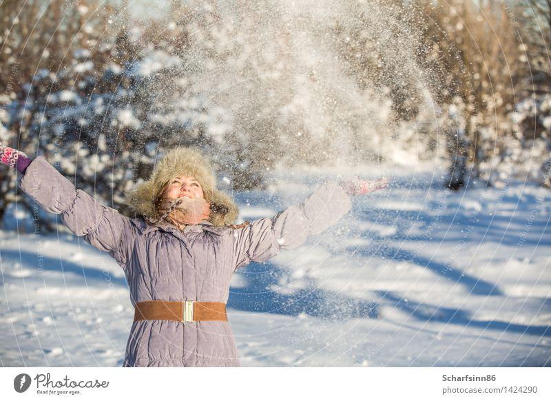 Mädchen genießt den Schnee im Winterpark. Mensch Frau Natur Ferien & Urlaub & Reisen Jugendliche Sonne Freude 18-30 Jahre Wald Berge u. Gebirge Erwachsene