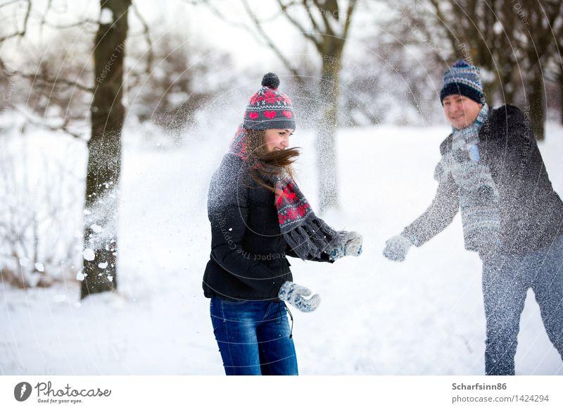 Liebespaar wirft Schnee im Winter Park. Freizeit & Hobby Valentinstag Skipiste maskulin feminin Jugendliche Körper 2 Mensch 18-30 Jahre Erwachsene 30-45 Jahre