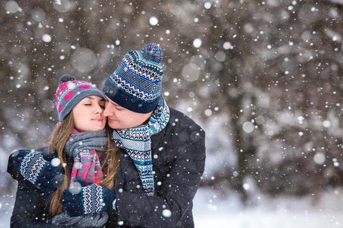 Mensch Frau Jugendliche Mann blau Weihnachten & Advent rot Winter 18-30 Jahre Wald Berge u. Gebirge Erwachsene Liebe Schnee feminin Lifestyle