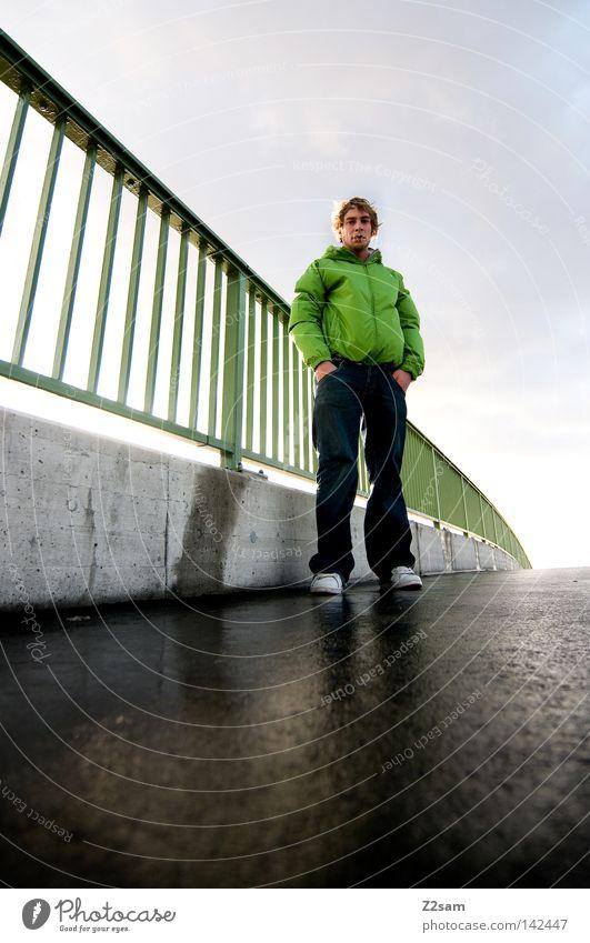 aus alten tagen stehen Leitersprosse grün Teer Beton glänzend dunkel Mann maskulin nass schlechtes Wetter Regenjacke grell Neonlicht Bauwerk Mensch Stil