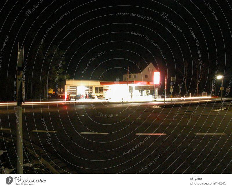 Tanke Architektur Tankstelle bei Nacht