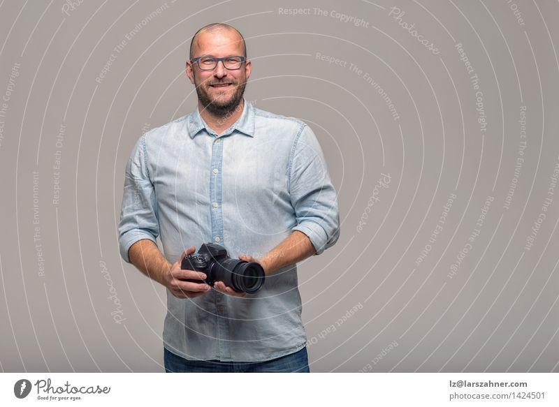 Hübscher Fotograf mit einem freundlichen Lächeln Glück Gesicht ruhig Freizeit & Hobby Ferien & Urlaub & Reisen Business Fotokamera Mensch Mann Erwachsene Hemd