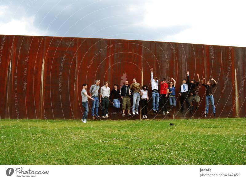 Bln 08 | Jump Menschengruppe Wiese Mauer springen Fröhlichkeit Freude Unsinn Fotografieren Frau Mann Wolken Schönes Wetter Physik heiß Sonne Sonnenstrahlen