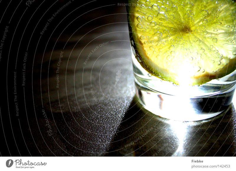 Sauer macht lustig :) Zitrone Limone Zitrusfrüchte Vitamin C Glas Trinkwasser Getränk Erfrischungsgetränk trinken Durst Sommer Licht Schatten Beleuchtung
