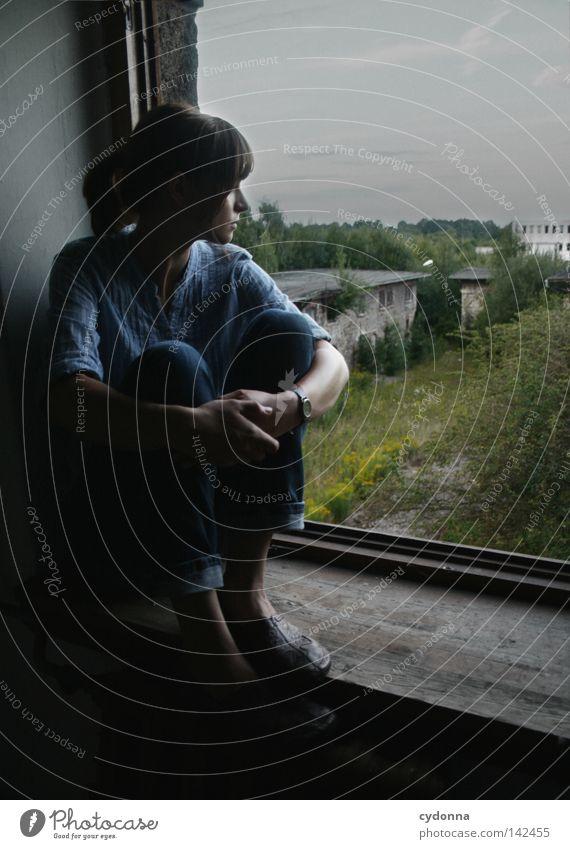 Wo bist du? [Weimar08] Frau Mensch Natur alt blau schön Stadt Einsamkeit feminin Leben dunkel Gefühle Traurigkeit Denken Stimmung Raum