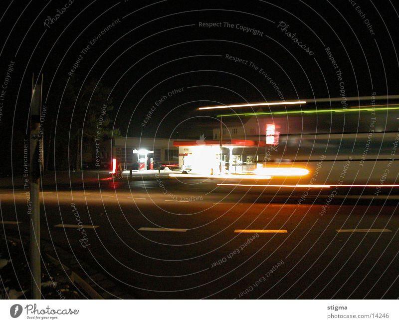 tanke mit bus tanke bei nacht