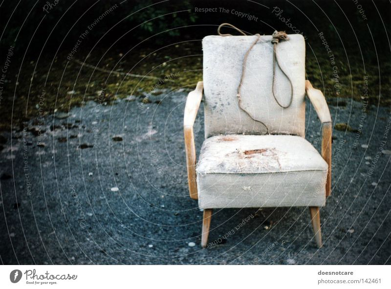 stay. Sessel Stuhl Seil alt dreckig kaputt Trauer Tod Verzweiflung Moral Vergänglichkeit antik erhängen Polster analog dunkel Ende Farbfoto Gedeckte Farben