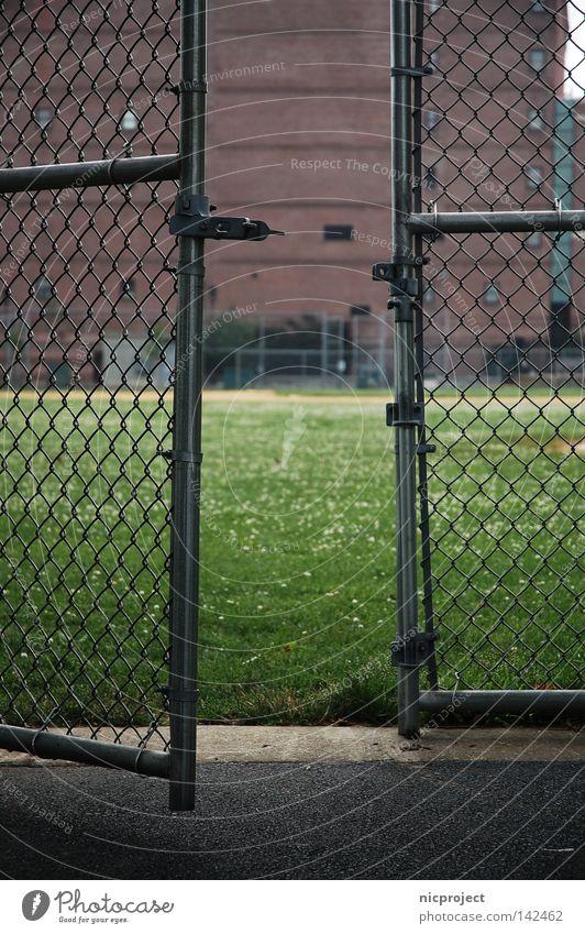 komm rein Spielen Vertrauen Zaun Mut Eingang Gitter Schüchternheit Willkommen Baseball Zutritt zögern aussperren einsperren eingeschlossen Maschendraht Boston