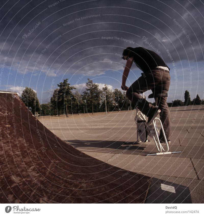 Theorie und Praxis Wolken ruhig Ferne Bewegung Stil Sport Spielen Freizeit & Hobby Fahrrad stehen Geschwindigkeit Platz Beton Fitness fahren Verkehrswege