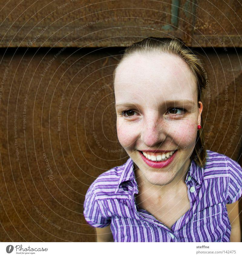 Strahlefrau [Weimar 2008] Frau schön Freude feminin lachen braun Beleuchtung Fröhlichkeit süß Kommunizieren offen violett Dame Freundlichkeit Sommersprossen