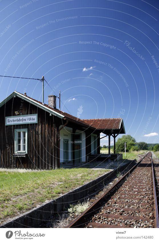beschauliche Nebenbahn S-Bahn Eisenbahn Bahnhof Station Haltestelle Gleise Haus Hütte Holzhaus Thüringen Bayern Nebenstrecke Bahnsteig warten festhalten stoppen