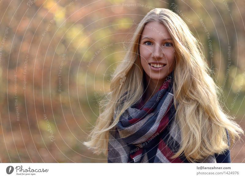 Attraktive blonde Frau auf Herbstmode Lifestyle Glück schön Gesicht ruhig Sonne Erwachsene 1 Mensch 18-30 Jahre Jugendliche Natur Wald Mode Schal langhaarig