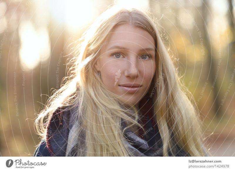 Attraktive blonde Frau auf Herbstmode Lifestyle Glück schön Gesicht ruhig Sonne Mädchen Erwachsene 1 Mensch 18-30 Jahre Jugendliche Natur Wald Mode Schal