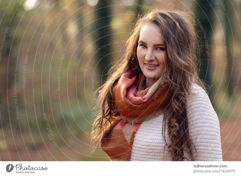Hübsche modische junge Frau Mensch Natur Jugendliche schön Sonne ruhig Mädchen Wald Gesicht Erwachsene Herbst Glück Lifestyle Mode Textfreiraum