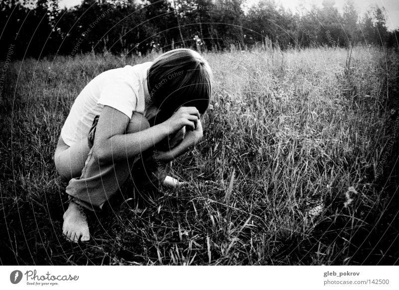 Mensch Frau Mädchen schwarz Gras Haare & Frisuren Beine Behaarung Bekleidung Filmindustrie Müll Hose Steppe Schwarzweißfoto drucken Medien