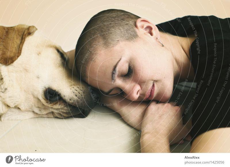 Des Menschen bester Freund Wohlgefühl Sinnesorgane Junge Frau Jugendliche Gesicht 18-30 Jahre Erwachsene T-Shirt brünett kurzhaarig Tier Haustier Hund Labrador