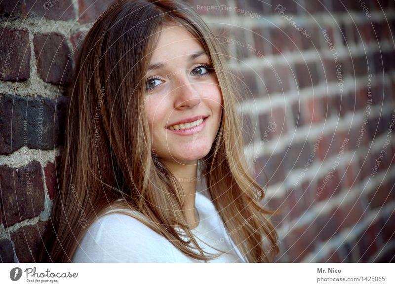 viv feminin 1 Mensch 18-30 Jahre Jugendliche Erwachsene brünett langhaarig beobachten Lächeln schön natürlich Fröhlichkeit Zufriedenheit Mauer Gesicht leuchten