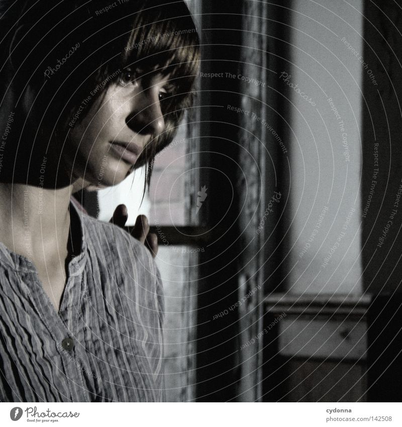 Unsichtbare Berührung [Weimar08] Frau feminin schön attraktiv Denken Gedanke Einsamkeit Stimmung Gefühle Model retro dunkel ästhetisch Hemd Freundlichkeit