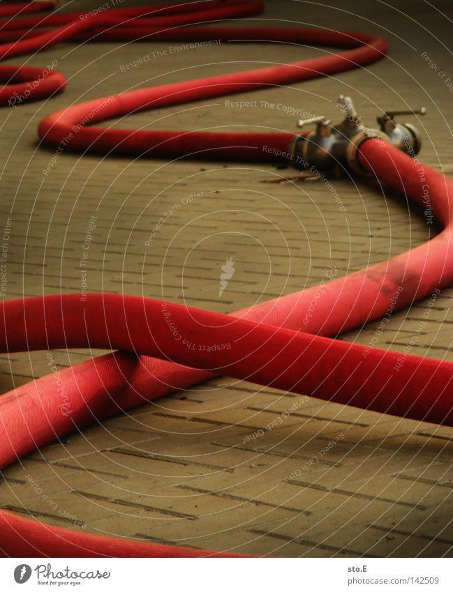 schläuche pt.2 Wasser rot Brand Hilfsbereitschaft Ordnung Handwerk Kopfsteinpflaster durcheinander Schlauch Pflastersteine Brandschutz Feuerwehr löschen