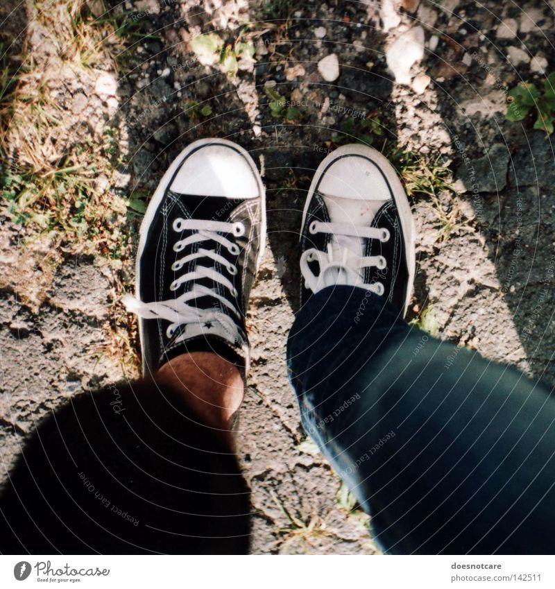 biped. Mann Erwachsene Beine Fuß Mode Bekleidung Hose Schuhe trendy Chucks Turnschuh Verschiedenheit Freundschaft stehen Farbfoto Außenaufnahme Tag Licht