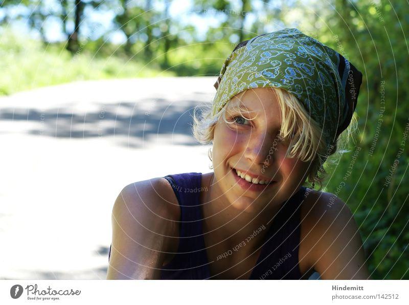 Verschnaufpause Kind Mädchen schön Baum grün blau Freude ruhig Auge Erholung Berge u. Gebirge lachen Haare & Frisuren Wege & Pfade hell warten