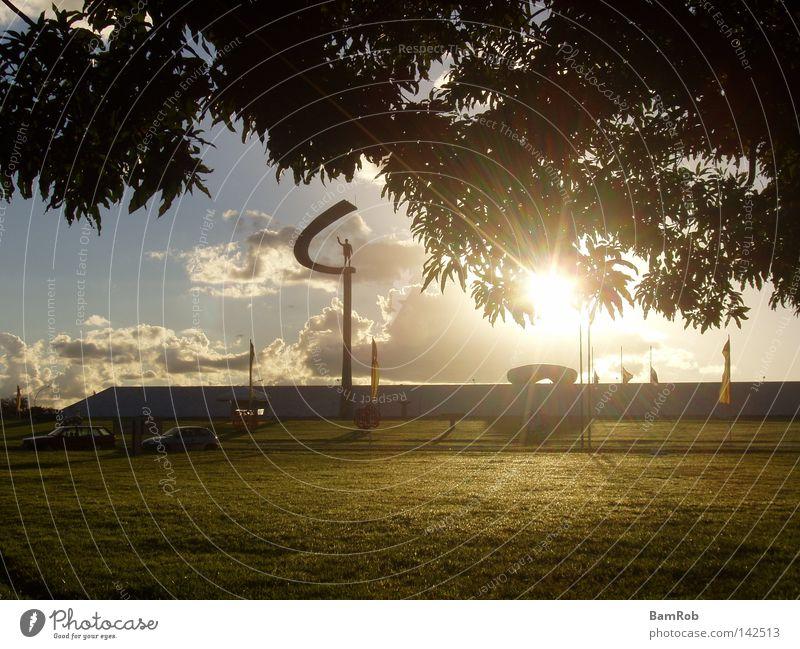 Monumento JK, Brasília Baum Sonne Wolken Wiese Rasen Denkmal Wahrzeichen Abenddämmerung Brasilien Südamerika Goldener Schnitt Brasília