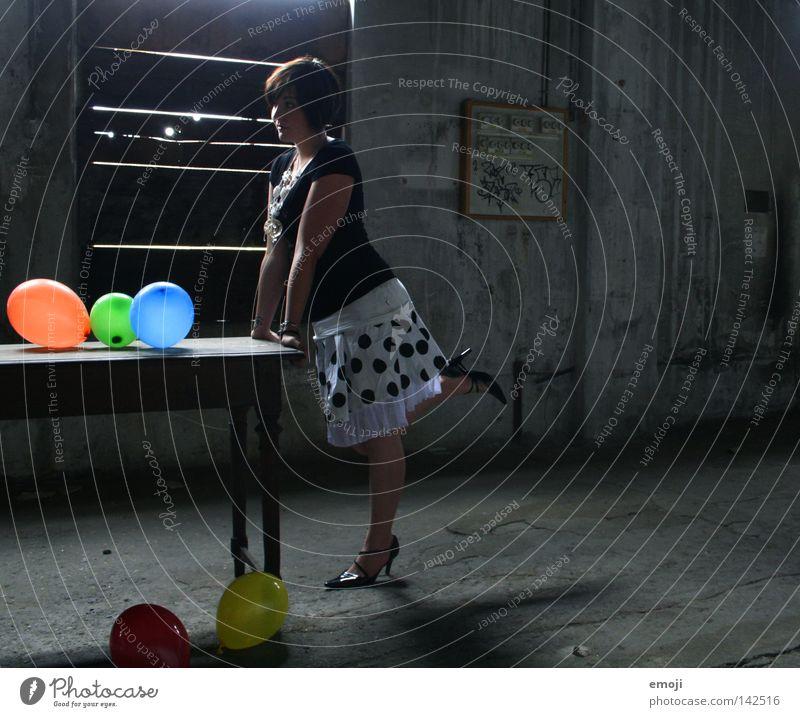 wie beim küssen?! Frau Jugendliche blau grün Einsamkeit lustig orange Beleuchtung Schuhe Tisch Luftballon Körperhaltung Kleid verfallen Seite Junge Frau