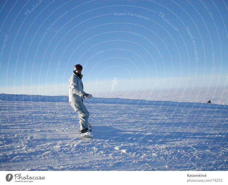 über den wolken Mensch Frau Sonne Wolken Schnee Horizont lernen Schönes Wetter Körperhaltung Gleichgewicht abwärts Vorsicht Blauer Himmel Snowboard Skipiste Snowboarding
