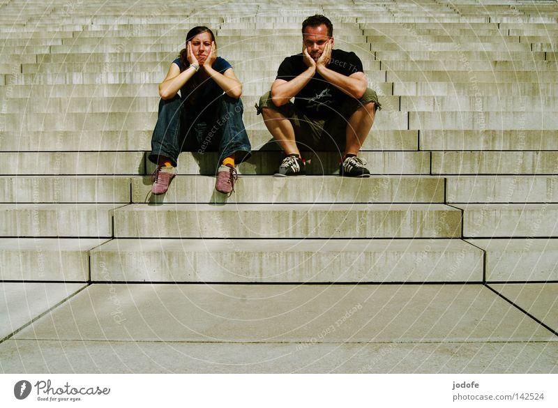 Bln 08 | Nix los Mensch Frau Mann Treppenabsatz sitzen Lebewesen Sonnenstrahlen Physik heiß Bekleidung Sommer transpirieren Langeweile Paar Geschlecht Gesicht
